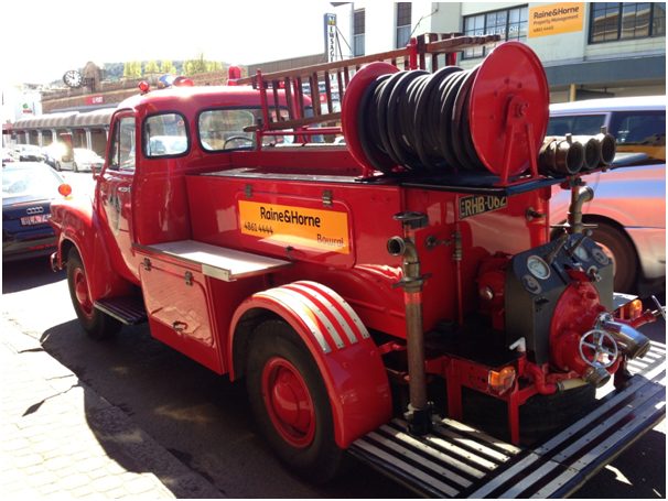 I love this old fashioned fire truck :D
