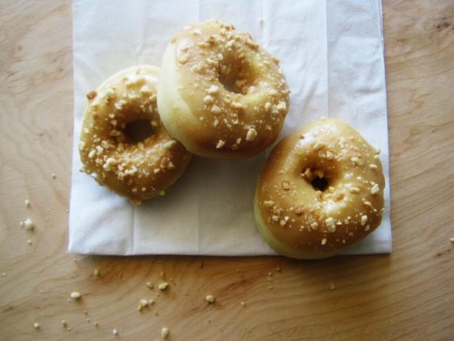 http://www.rubyredapron.com/peanut-butter-glazed-baked-doughnuts/
