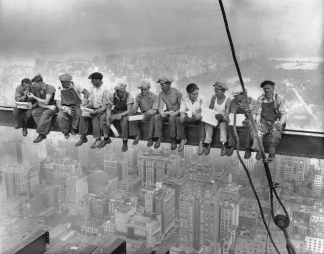 Lunch atop a skyscraper - Wikipedia